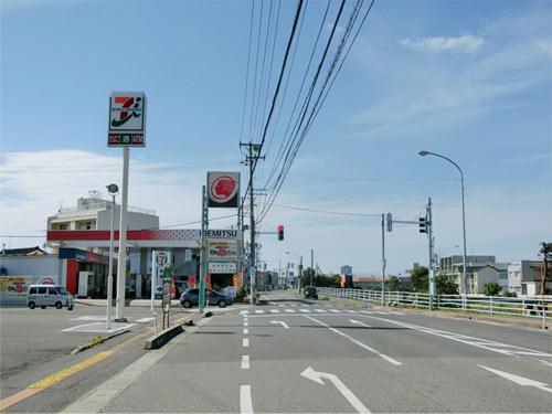亀田方面より県道5号線、セブンイレブン様と田中石油様のT字路を南紫竹方向に約100m直進して下さい。